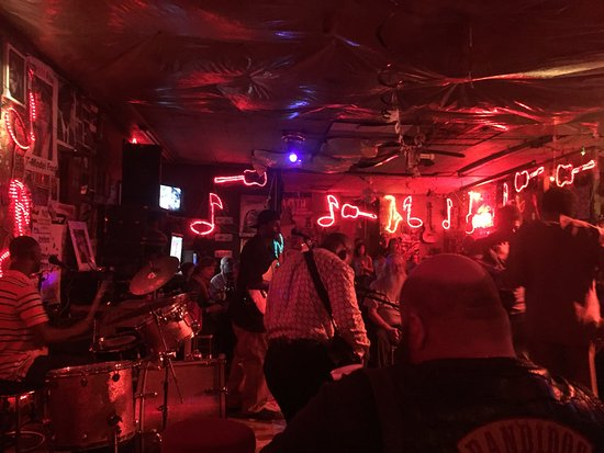 Red's Lounge: Saturday night at Red's