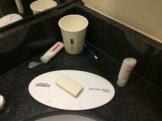 Travelodge Fort Myers North: Used soap, cup and Q-Tip