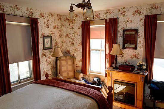 Warner, NH: Bright room on the front of the inn.
