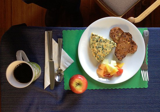 The Elmere House: Breakfast included was very healthy with coffee, tea, and juice.