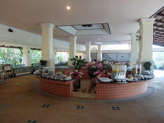 Khaolak Orchid Beach Resort: Завтрак в ресторане
