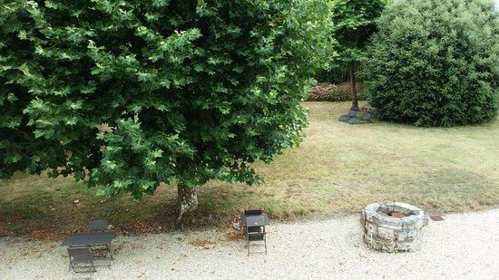 Begadan, France: Le jardin (vue partielle de la chambre)