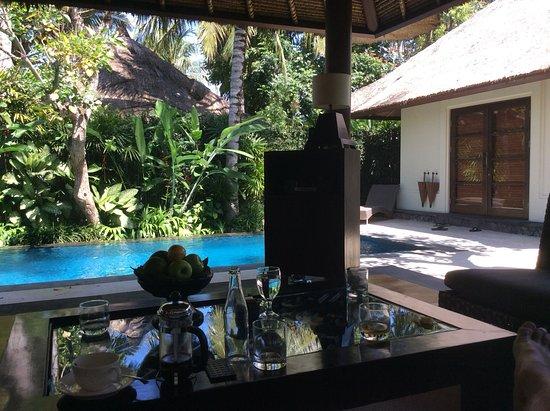 Kayumanis Ubud Private Villa & Spa: Blick von der eigenen Trasse auf das Schlafraums nebst eigenem Poo, alles hinter der eigenen Mau