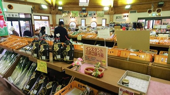 Michi-no-Eki Misawa - Tonami-han Memorial Tourist Village: 道の駅の内部 特産品売り場
