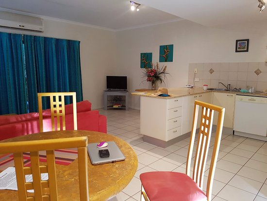 Wongaling Beach, Australia: Large fully self contained kitchen. 4 seater dining and couch.