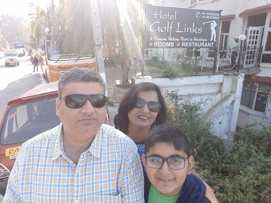Naldehra, India: Picture point outside the Hotel