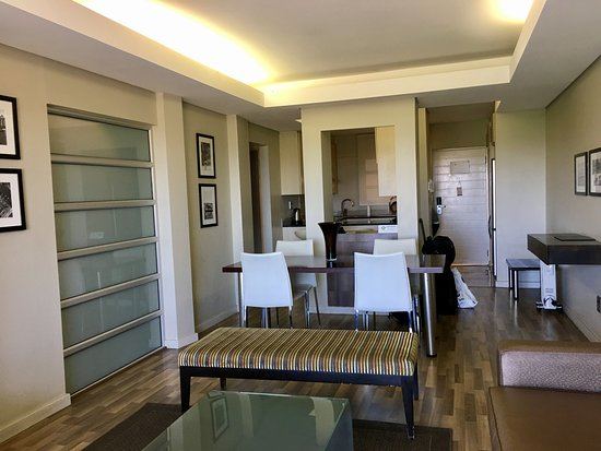 Genesis All-Suite Hotel: Genesis Suites - Entrance and kitchen from living room