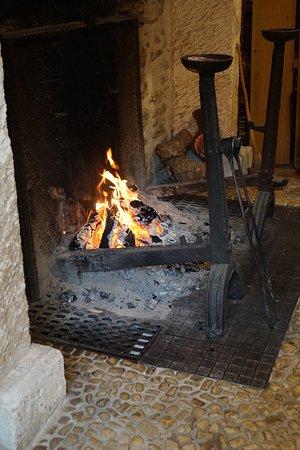 Rochechouart, France : en prime, un bon feu de cheminée si agréable quand le temps est maussade.