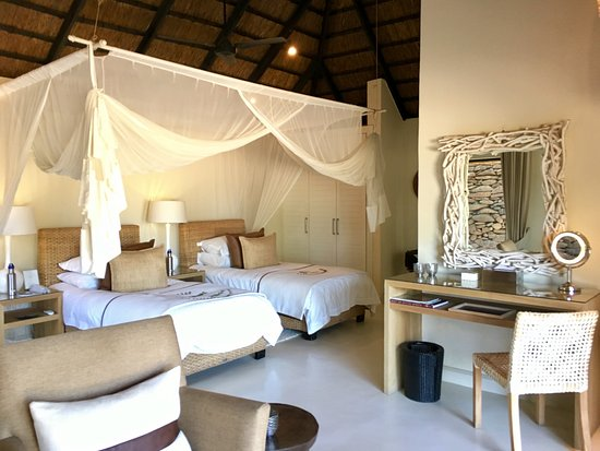 Lion Sands River Lodge: Lion Sands - twin beds with mosquito netting
