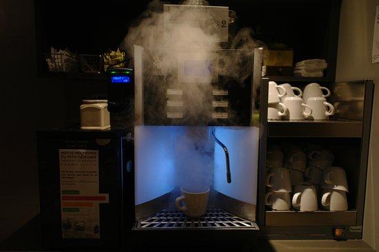Le Champlain Hotel: 咖啡機Espresso, Long Coffee, Espresso+Milk. Cappuccino, Coffee & milk, Long Coffe+Milk