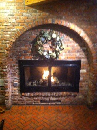 Poulsbo, WA: Fireplace seating