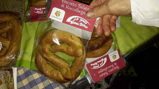 Roccalbegna, Italy: Il biscotto insacchettato con la nostra etichetta