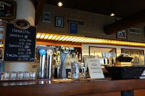 Pispalan Pulteri: La barra con los grifos de cerveza y las ofertas del día.