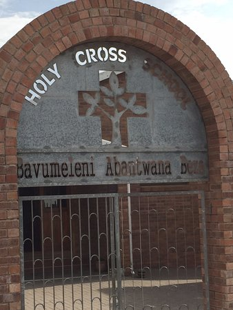 Grahamstown, Sudafrica: Front gate of the Holy Cross Elementary School, which is run by the monastery.