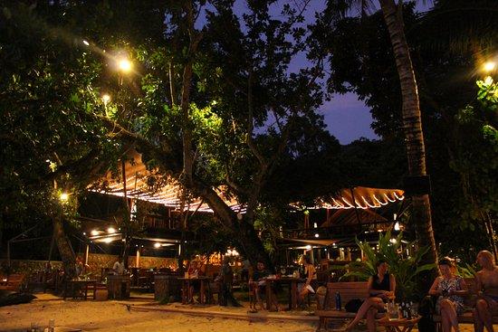 The Tubkaak Krabi Boutique Resort: Restaurant at night