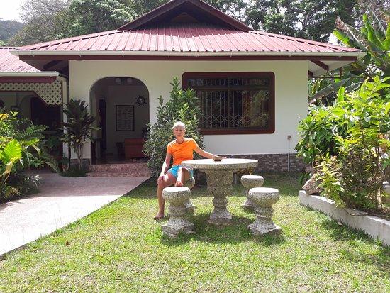 Buisson Guesthouse La Digue: vue de la maison à partir du jardin