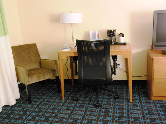 Fairfield Inn & Suites Fredericksburg: Work Table Area