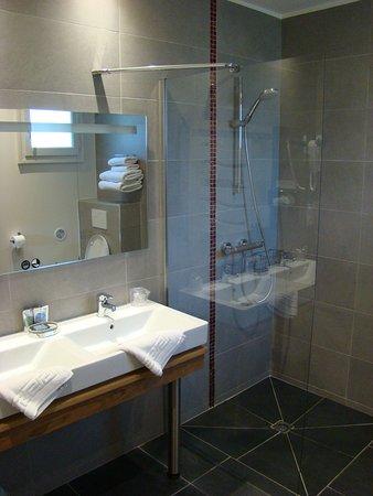 Seguret, Francia: Salle de bains chambre 112