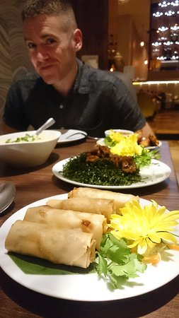 Sofitel London Gatwick: Veg spring rolls & grilled seaweed in the oriental restaurant... VERY tasty.