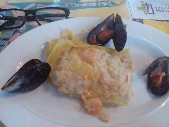 Ospedaletto Euganeo, Italy: Lasagne di pesce con cappesante e gamberi, cozze di presentazione