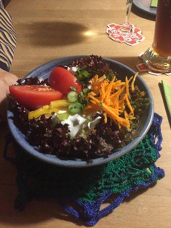 Restaurant Kornblume: Frischer Vorspeisensalat mit Häkeldeckchen als Untersetzer