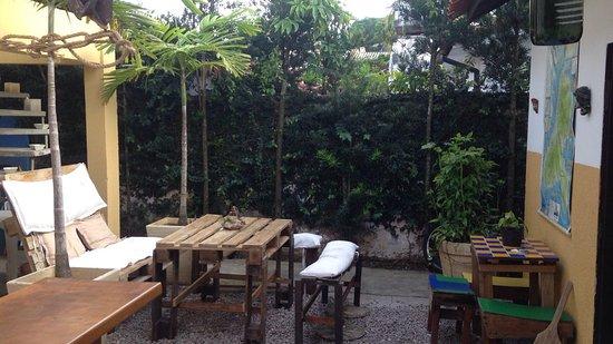 Caxinguele: Área social, ótima pra uma cerveja e encontrar os outros hóspedes! Mapas e fotos por toda parte!