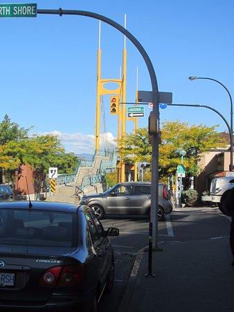 แคมลูปส์, แคนาดา: bridge over the train tracks