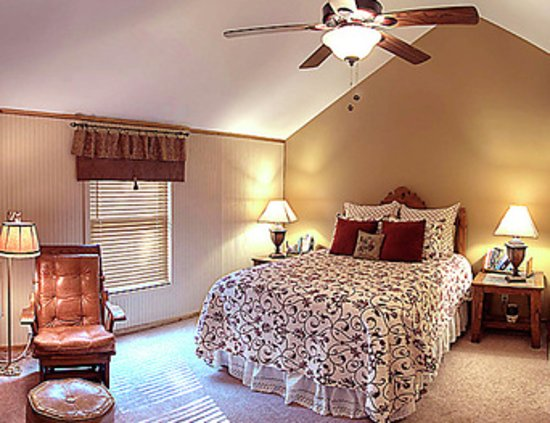 Council Grove, KS: The Bradford Room w/queen bed and the bedroom in the suite has a king