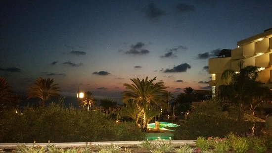 Constantinou Bros Athena Royal Beach Hotel: Vor dem Athena Royal Beach Hotel im Nov.2016