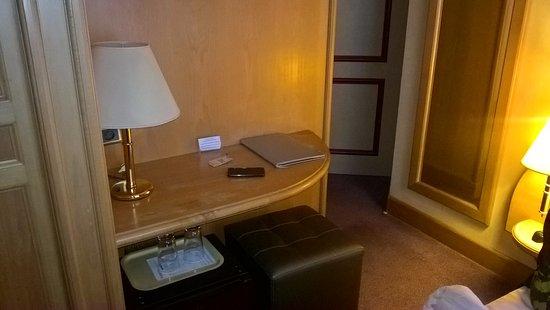 Hotel Massena : Petit bureau, entrée, réfrigérateur.