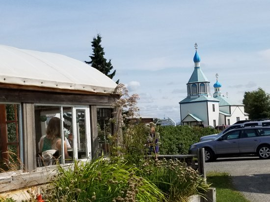 Kenai, AK : Cafe on left looking at Orthodox Church across the street. Enjoy both.