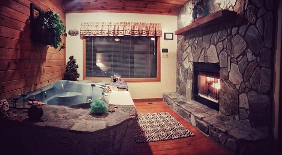 Alpine Cabins: Jacuzzi tub and fireplace in Elsa cabin (view from bed)