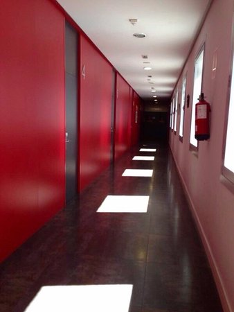 Albergue Juvenil Madrid : Red hallway to the dorms