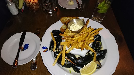 Bistro le Coq : PEI mussels Normandine with frites