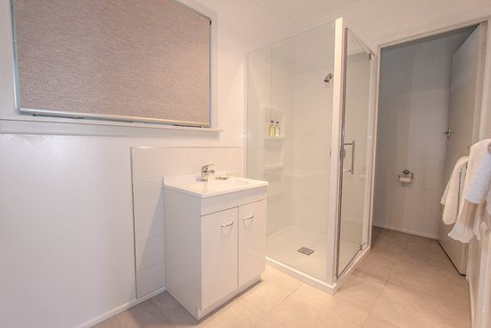 Blue Marlin Apartments : Unit 1 - Bathroom - Beach front Studio Apartment