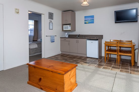 Blue Marlin Apartments: Unit 4 - Kitchen/lounge area with bedroom