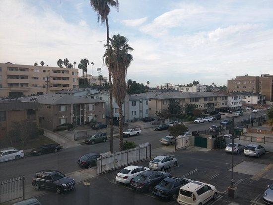 Ramada Los Angeles/Wilshire Center : Vista da rua atrás do hotel.