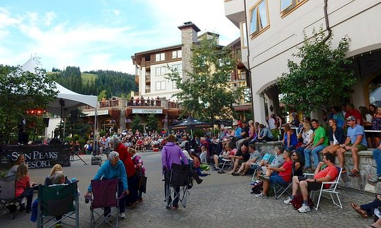 Sun Peaks, Kanada: Crowds waiting for the Johnny Cash tribute show