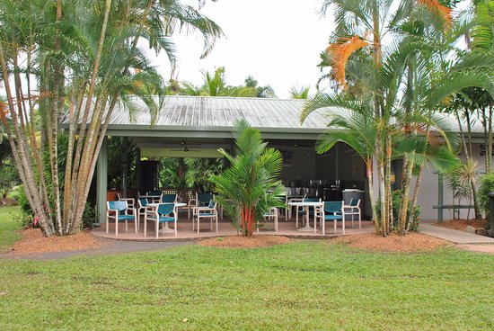 Beachcomber Coconut Holiday Park: Camp kitchen set in beautiful gardens