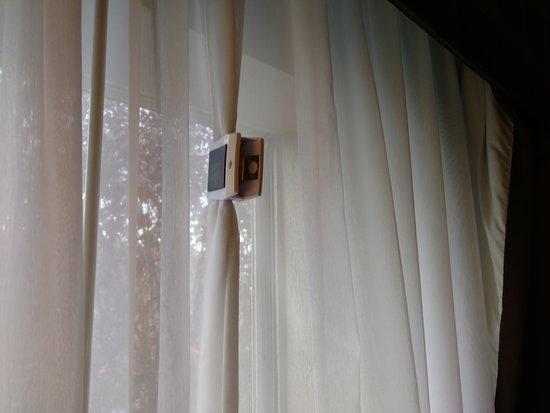 هوليداي إن إكسبريس هوتل آند سويتس: Chip clip holding the curtain together