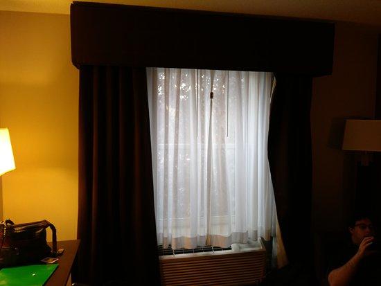 هوليداي إن إكسبريس هوتل آند سويتس: Sheers with thick drape frame. No blackout shade or curtain here. Sheers complete with chip clip