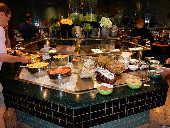 Banff Park Lodge Resort and Conference Centre: Another view of the breakfast choices