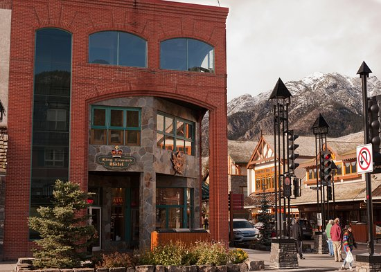 King Edward Hotel: Front view with Mount Norquay in the background