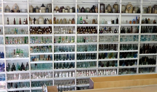 Ballston Spa, Estado de Nueva York: Shelves of bottles