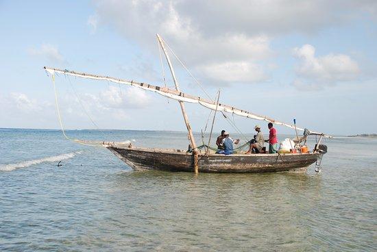 Makunduchi, Tanzania: דייגים בחוף ליד מעגן הסירות