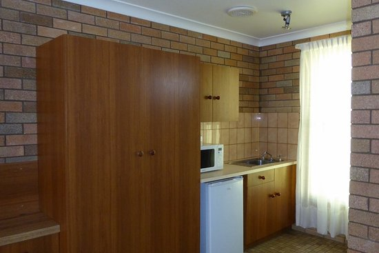 Cudgegong Valley Motel: Kitchenette area of room
