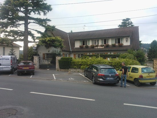 Villebon-sur-Yvette, Francia: Some parking is available in front of the hotel