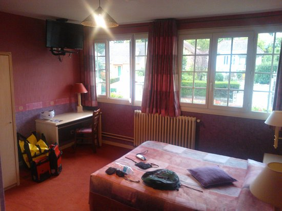 Villebon-sur-Yvette, Francia: The rooms are fairly spacious. the bathrooms is ensuite, but very confined.