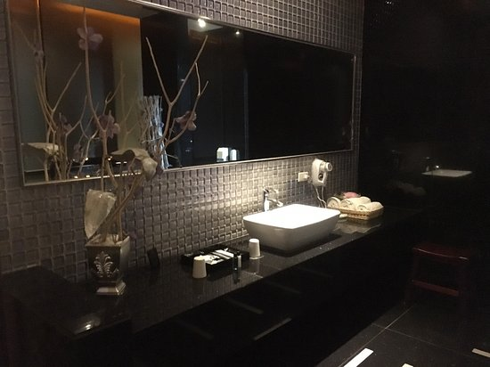 Dubai Motel: 品味房浴室洗手槽區,兩旁分別是淋浴間和泡澡區