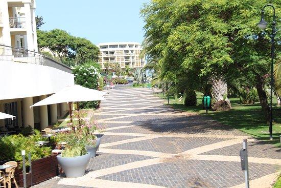 Melia Madeira Mare Resort & Spa: Hotel restaurant sidewalk